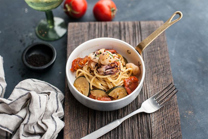 Спагетти с креветками, кальмарами и цукини