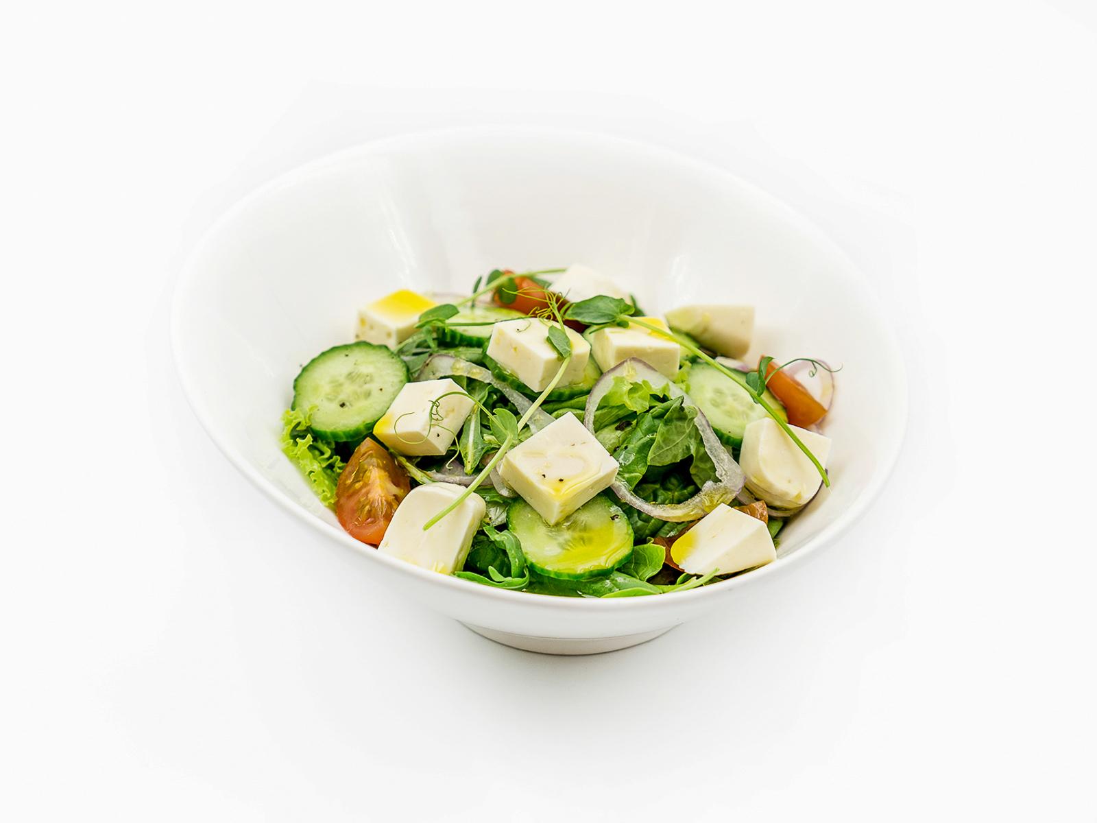 Салат с щавелем и имеретинским сыром