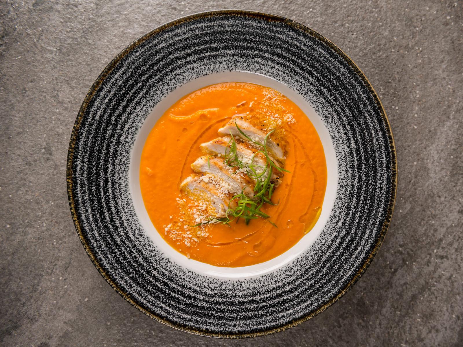 Суп из печеной тыквы, карри и курицы