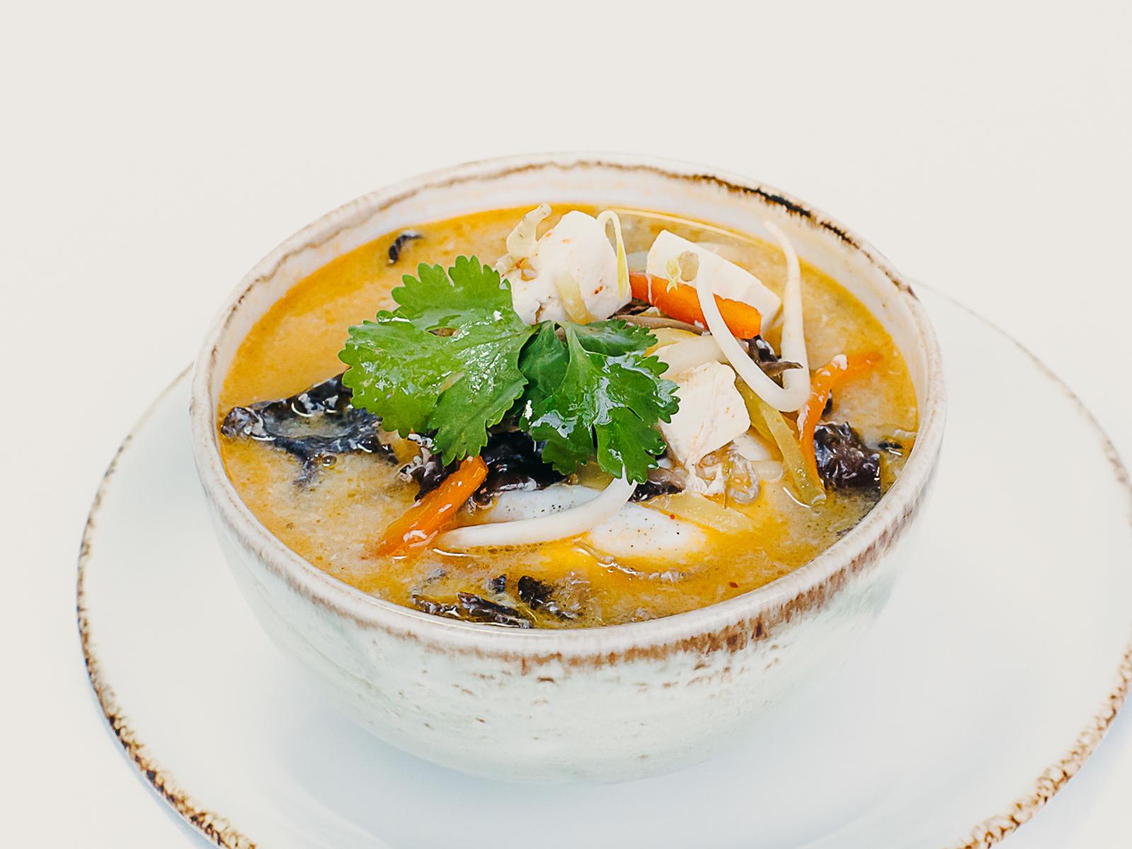 Кисло-острый суп с тофу и овощами