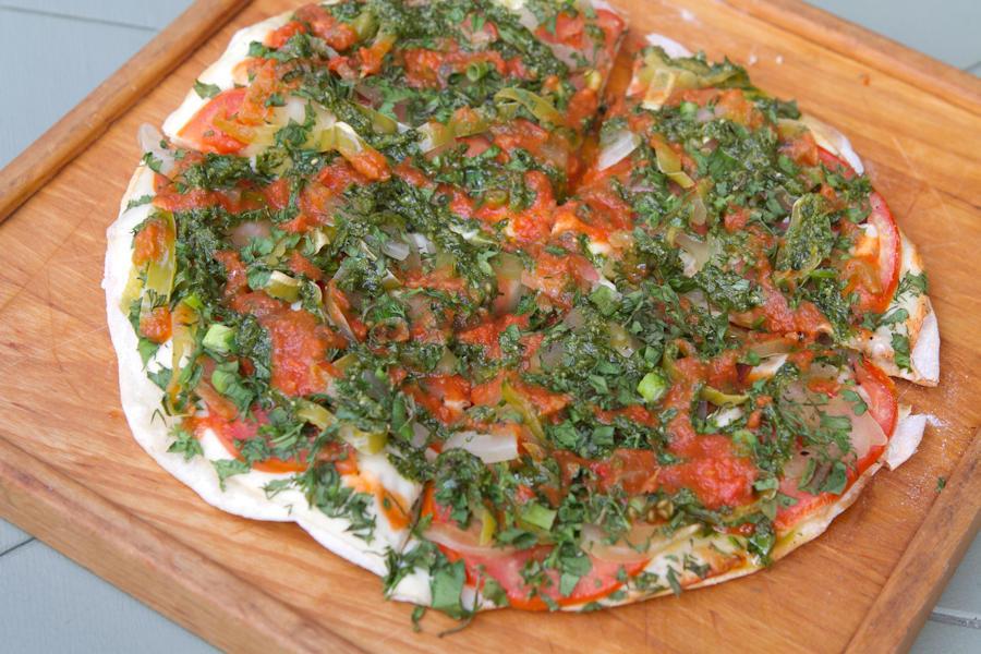 Хрустящая лепешка с зелеными помидорами, сулугуни и перцем