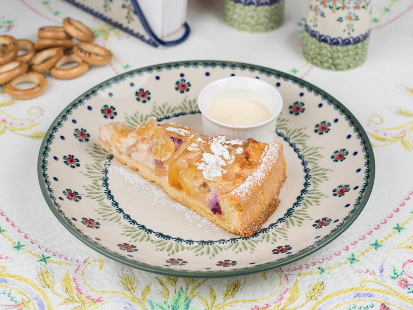 Домашний пирог с грушей и вишней