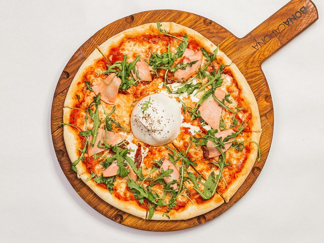 Пицца с бураттой, рукколой и вяленными томатами с мортаделлой