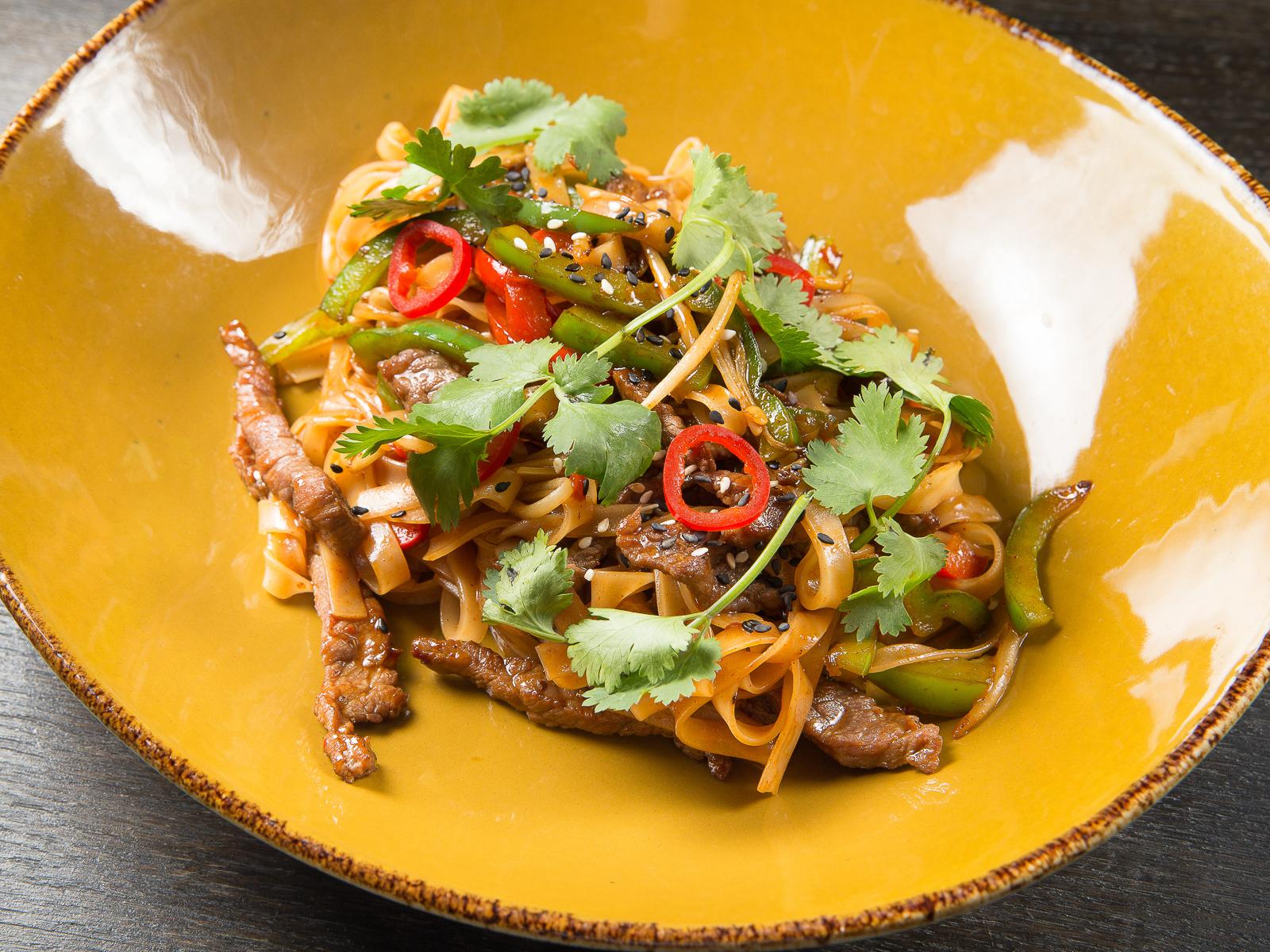 Лапша в азиатском стиле с говядиной