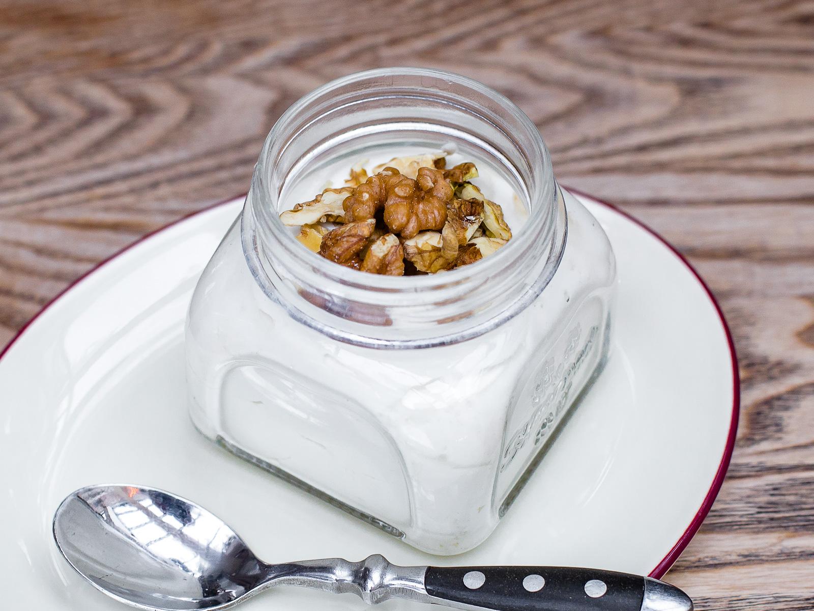 Взбитый деревенский творог с медом и грецкими орехами