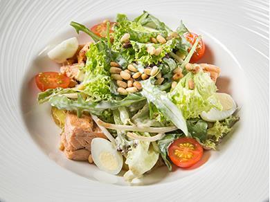 Теплый салат из копченого лосося, печеного картофеля и свежей зелени