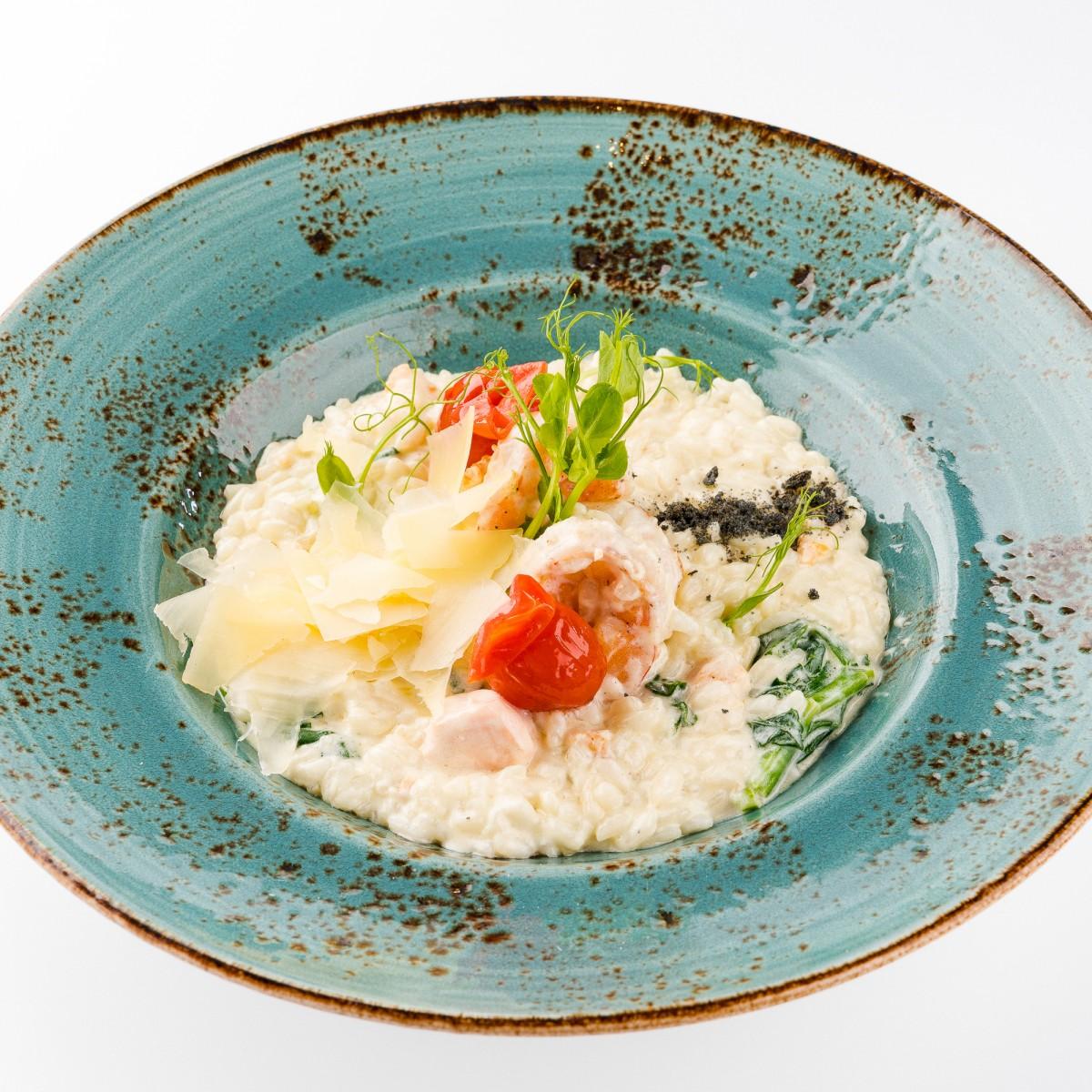 Ризотто с креветками и лососем в сливочном соусе со шпинатом