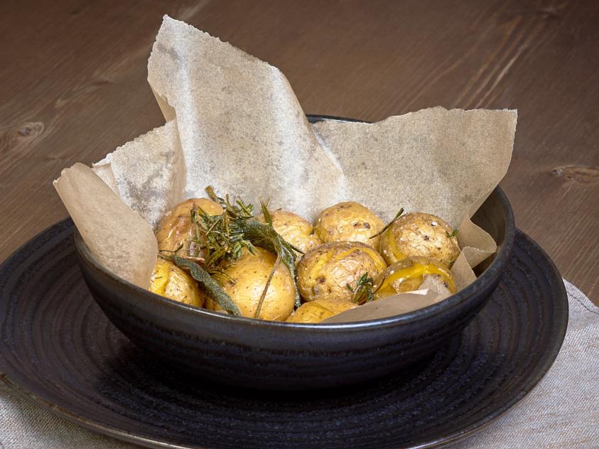 Молодой картофель с травами и чесноком