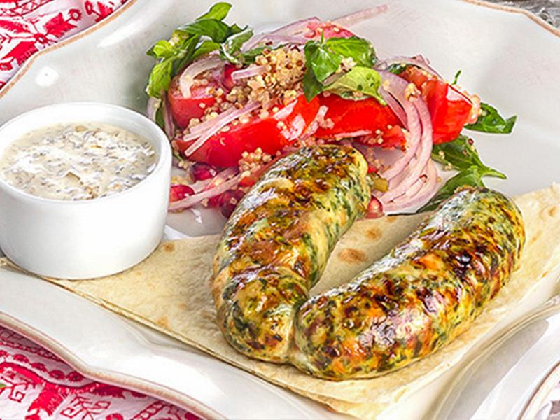 Рубленная колбаска из курицы с сыром, кедровыми орехами и шпинатом