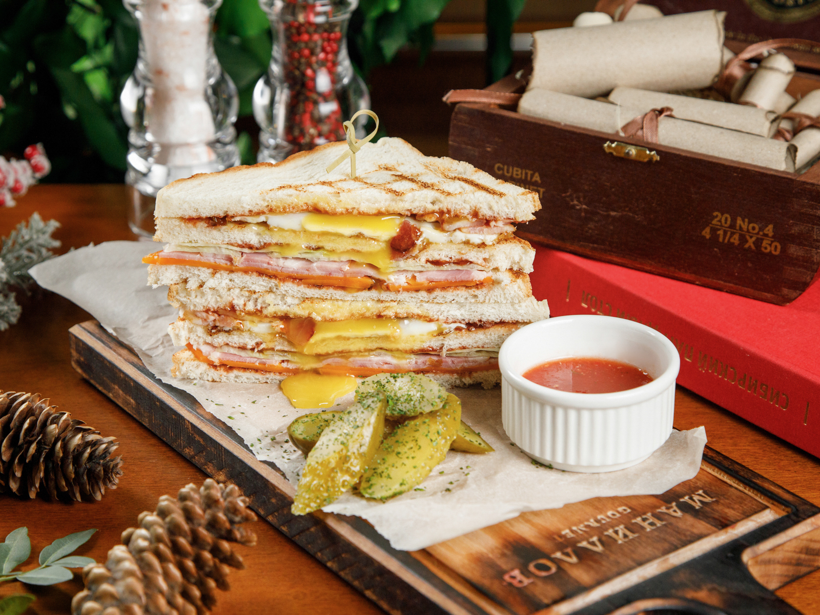 Клаб сэндвич с карбонадом и глазуньей