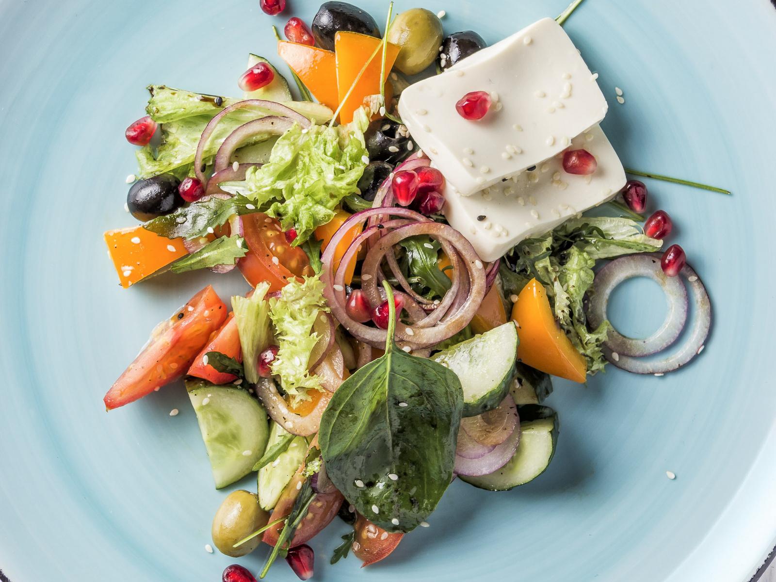 Салат в стиле Greco с тофу и зернами граната