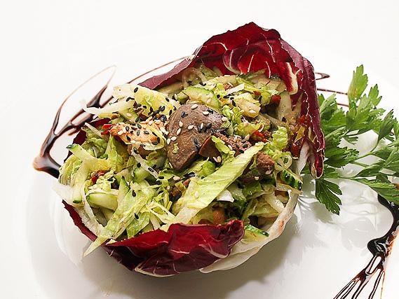 Теплый салат с куриной печенью и вялеными помидорами