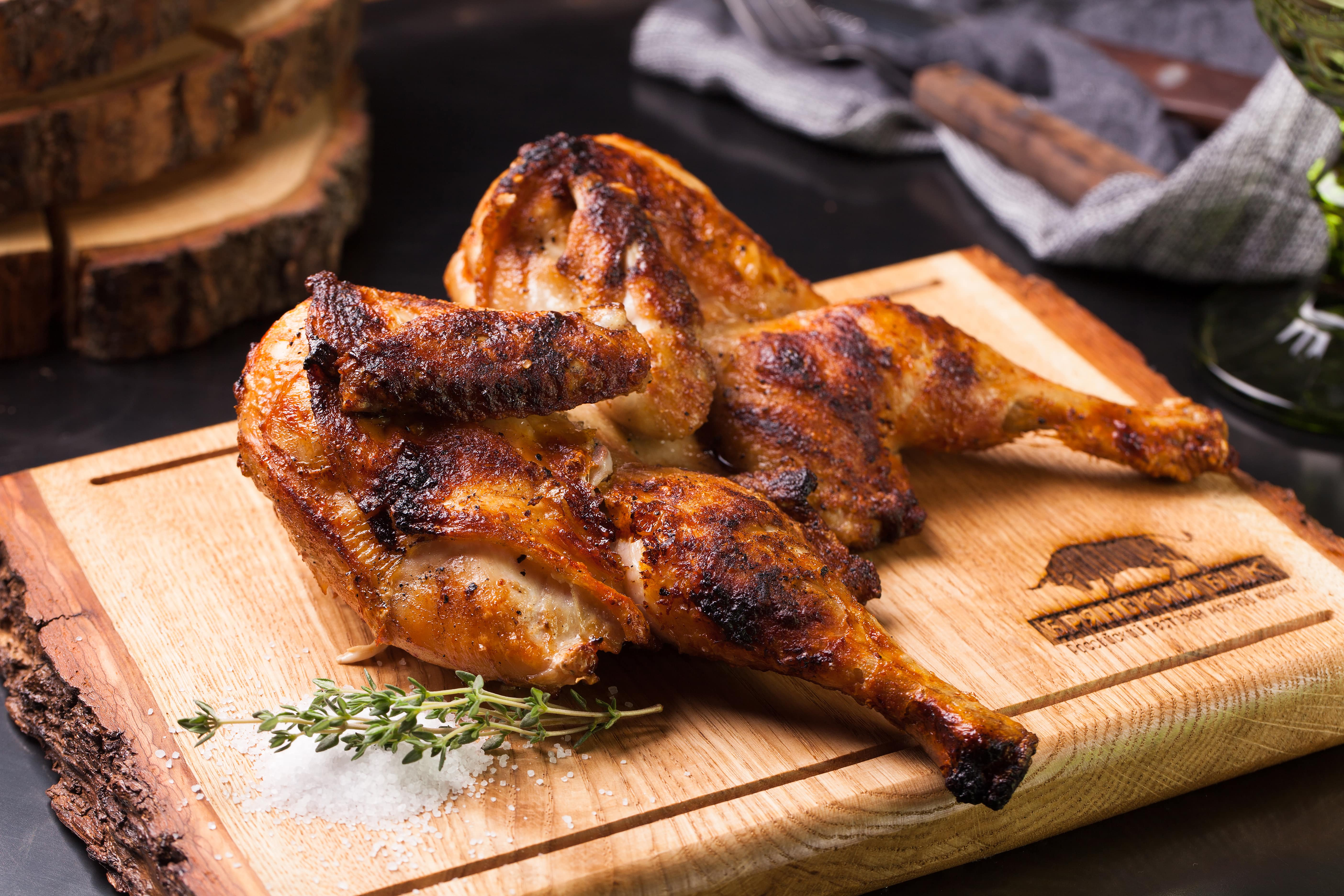Цыпленок, томленый и обжаренный на гриле