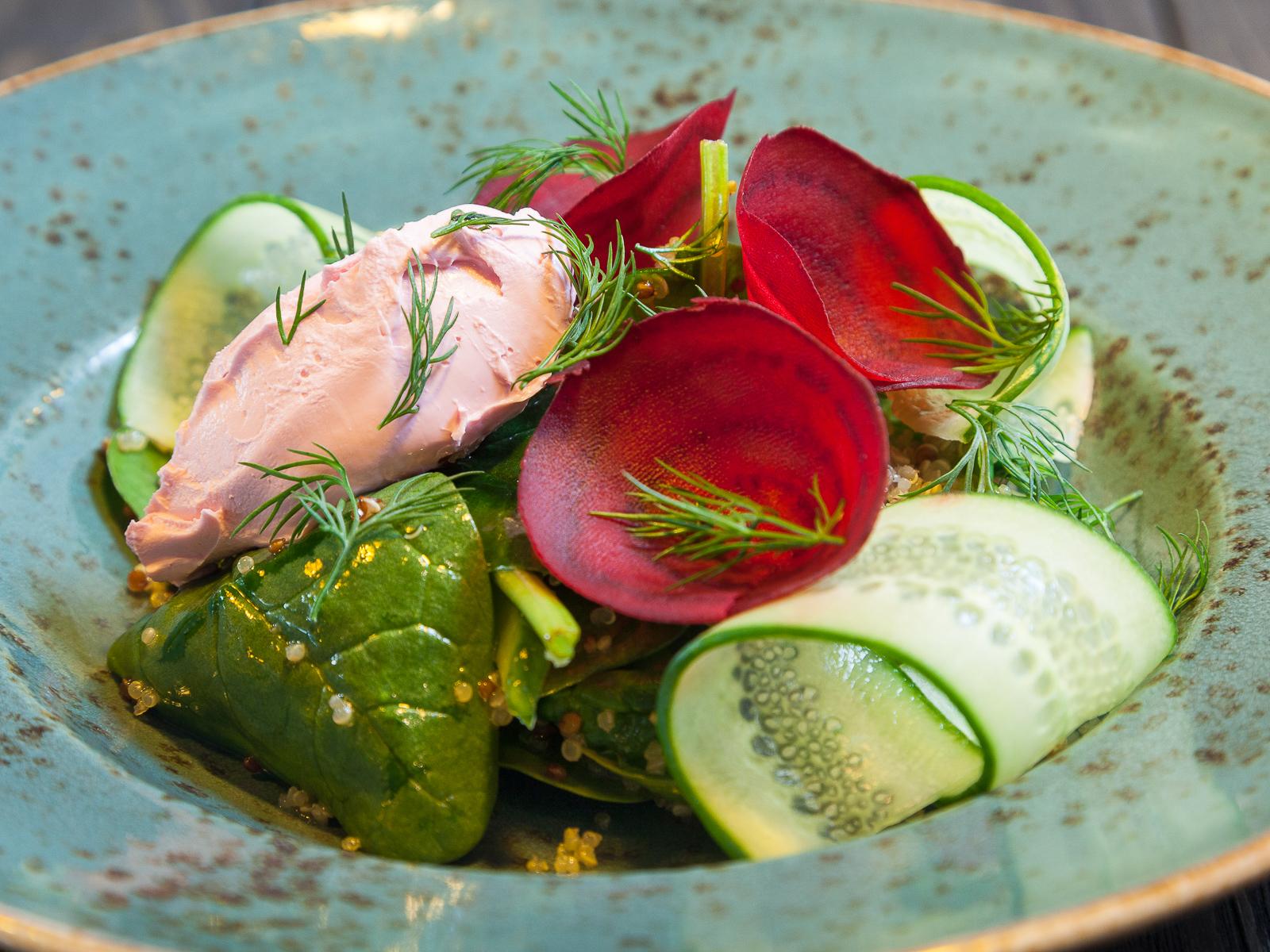 Салат с киноа, вялеными томатами, мини шпинатом и свеклой