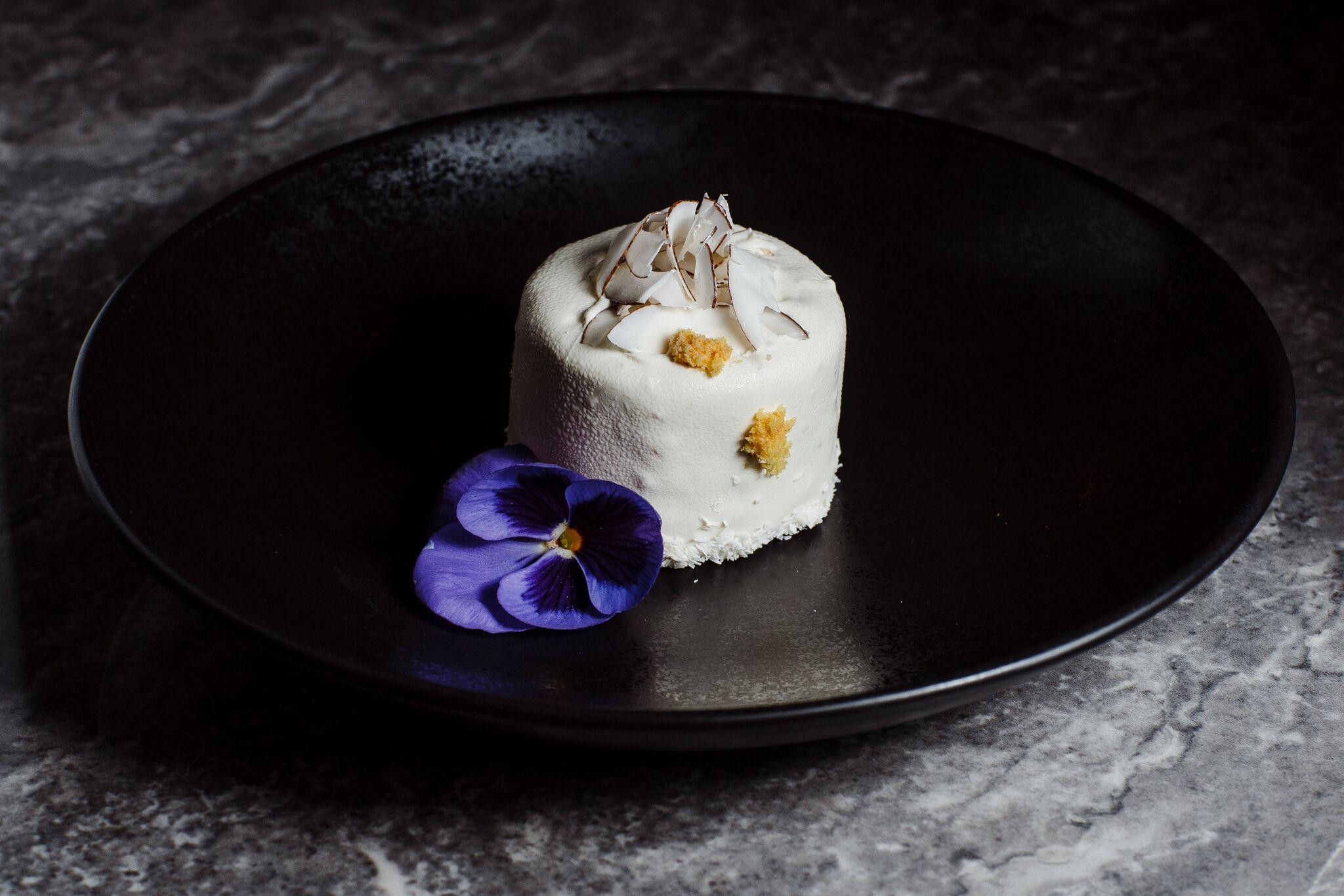 Кокосовый десерт с розой и личи
