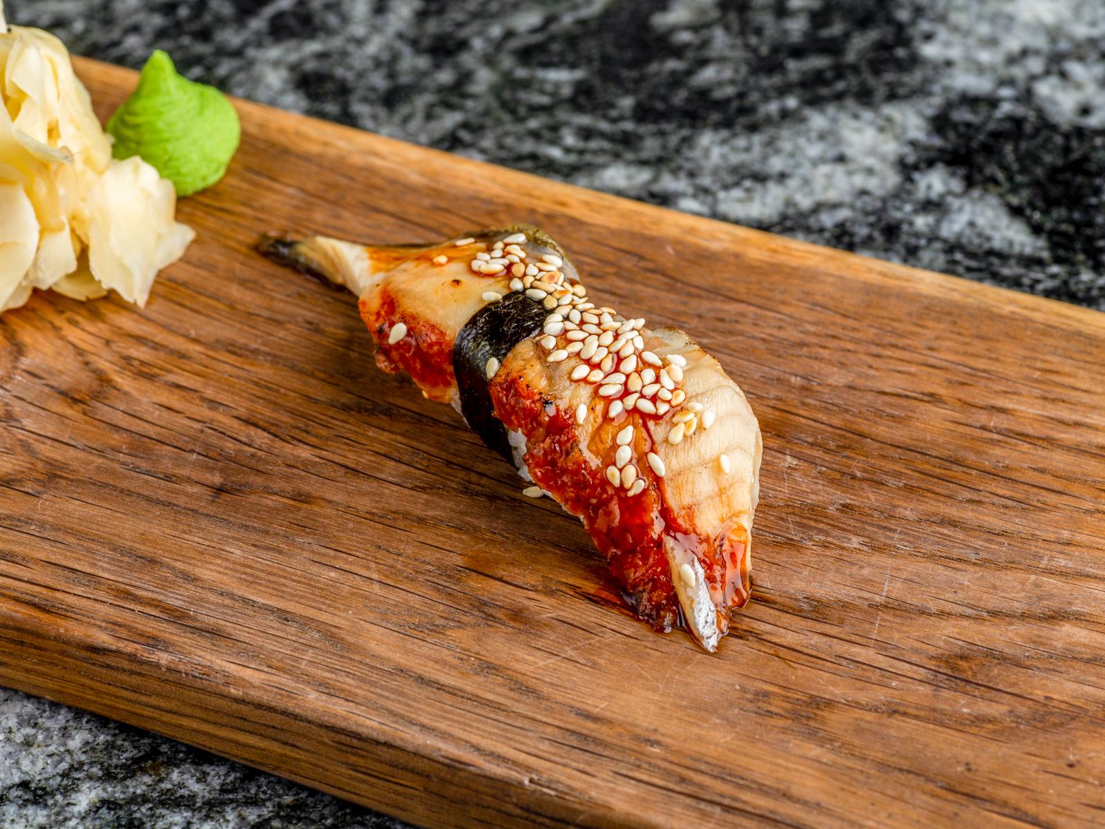 Суши нигири угорь