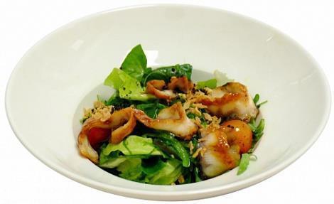 Салат с морским угрем, чуккой и зеленым салатом