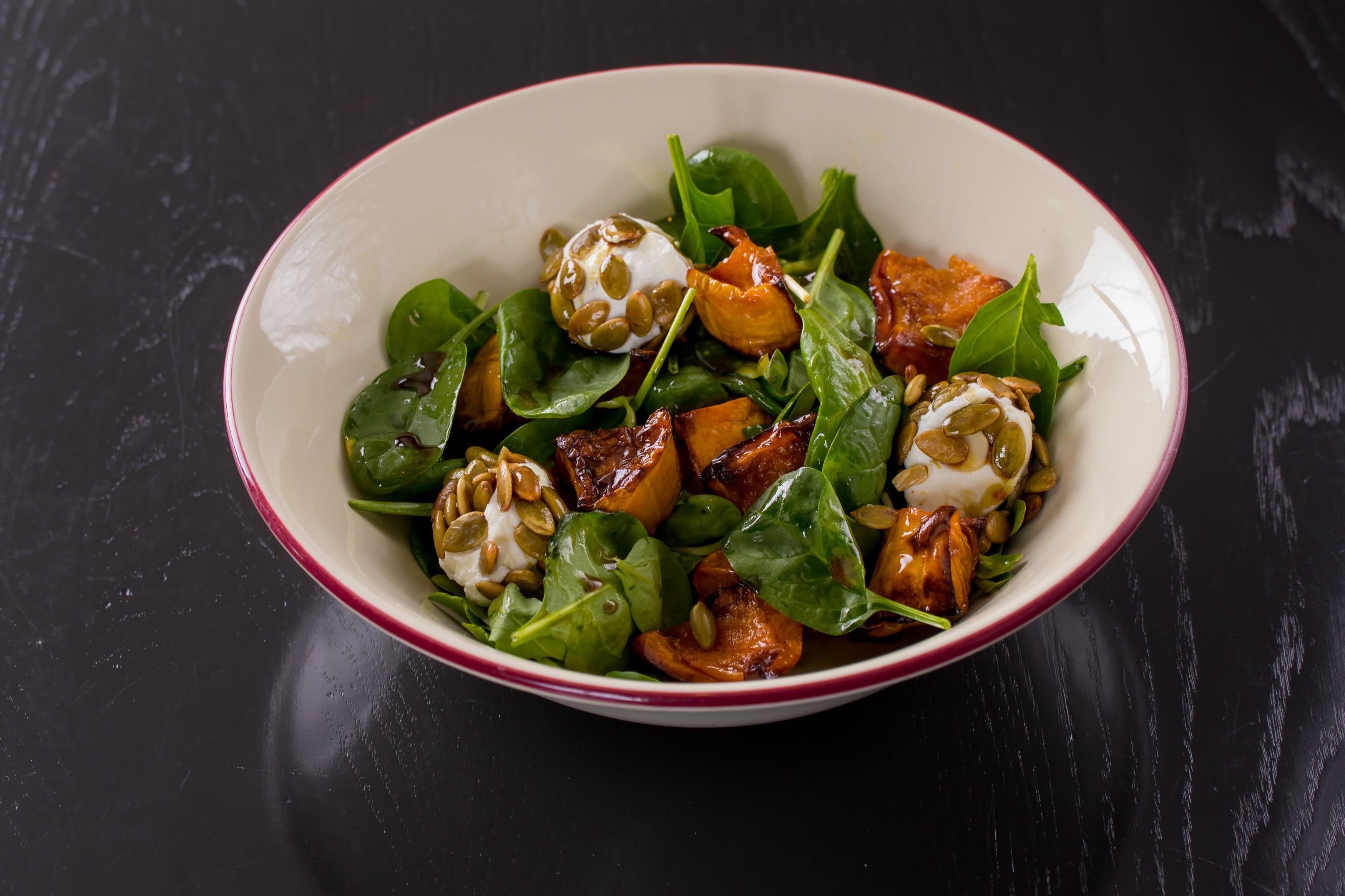 Салат с запеченной тыквой, шпинатом и сыром Фета