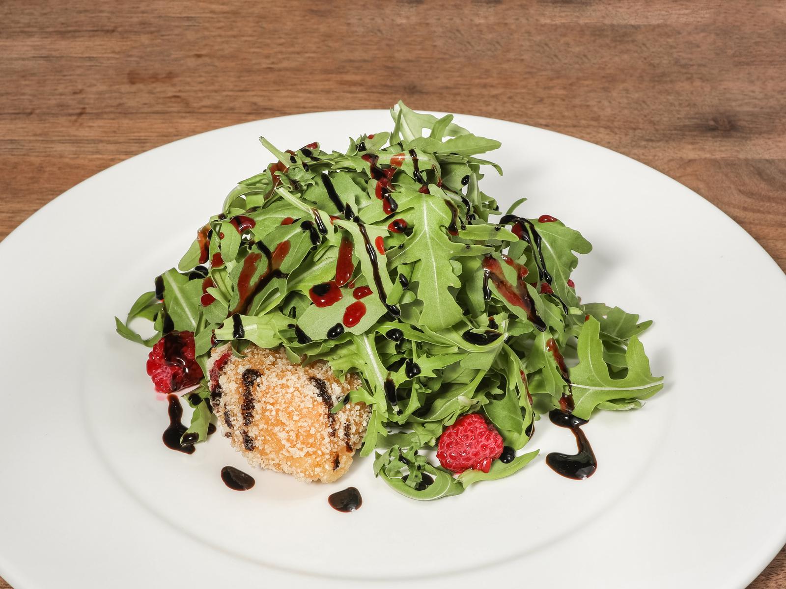 Салат с камамбером