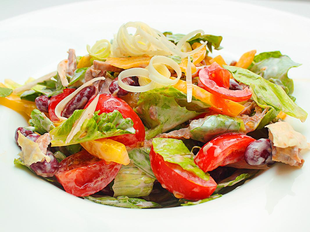 Салат с фасолью и телятиной