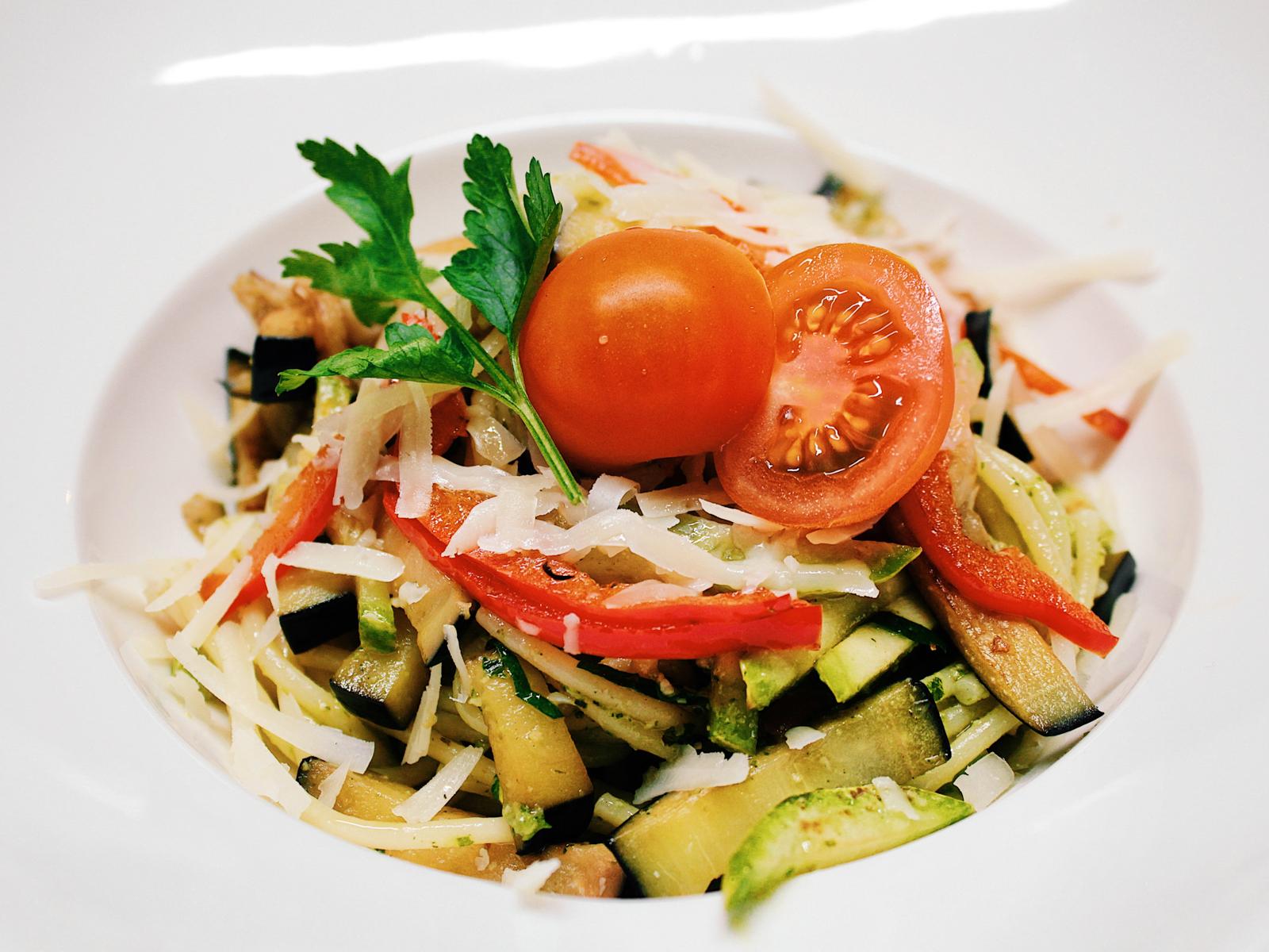 Спагетти с овощами и соусом Песто
