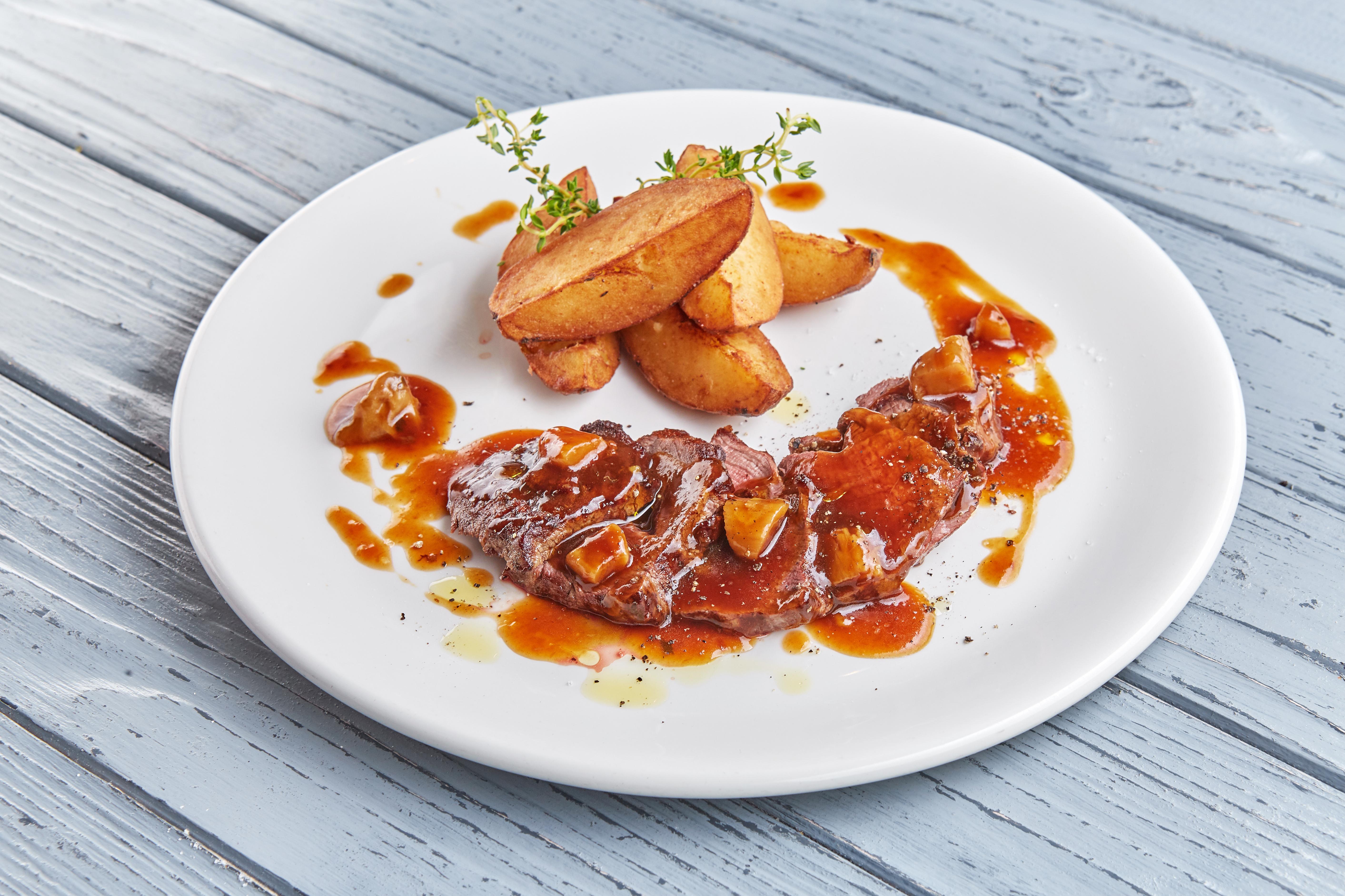 Тальятта из говядины с грибным соусом и картофелем Джимми