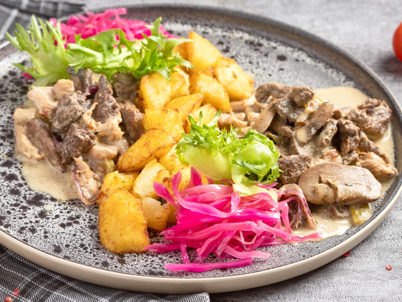 Мясное ассорти с картофелем Карри  и маринованной капустой