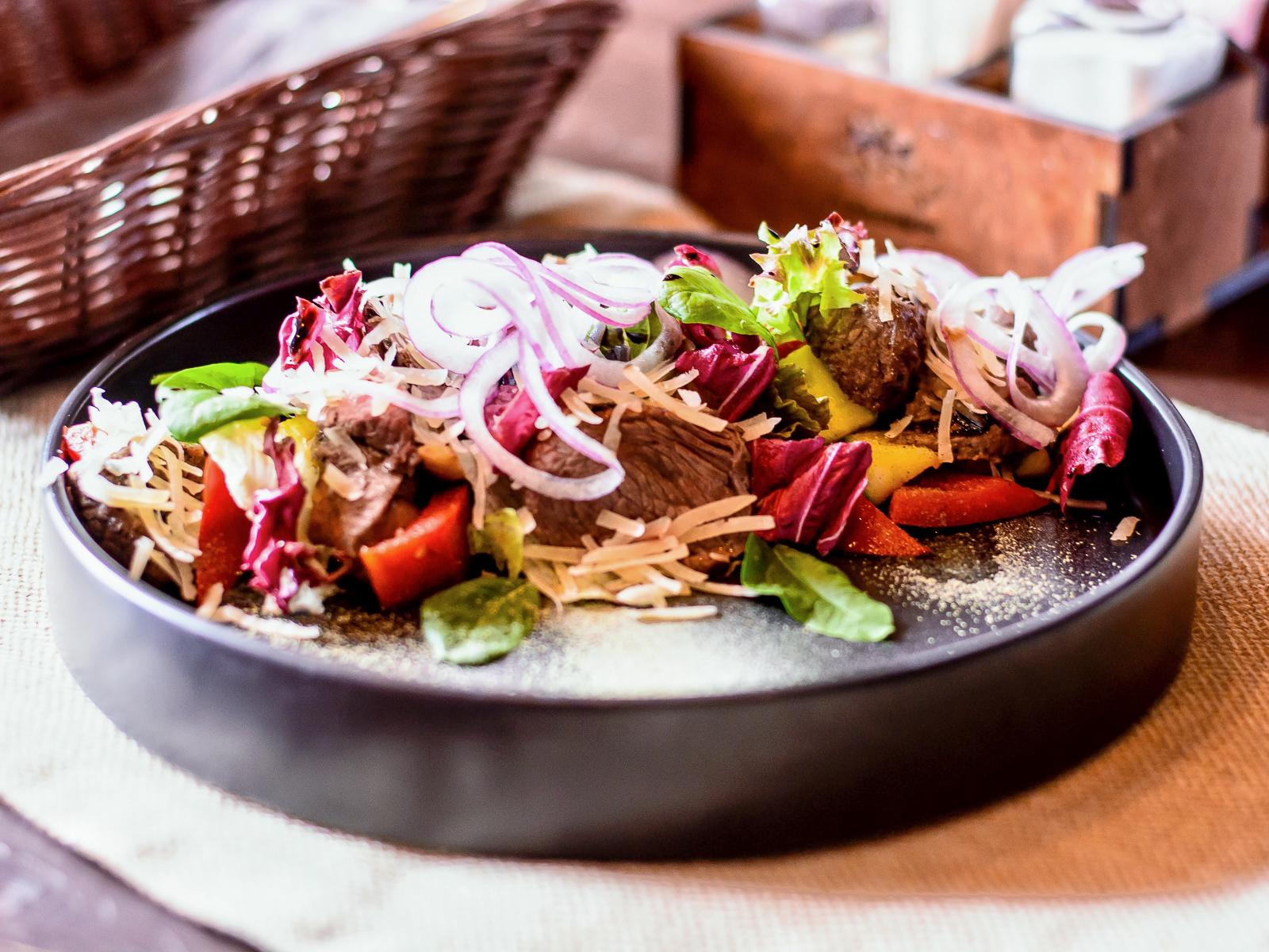 Стейк-салат с вырезкой из говядины