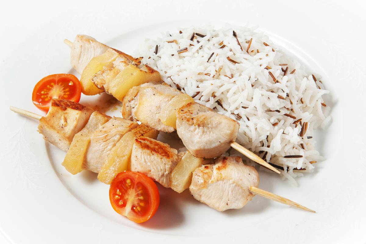 Шашлычки куриные с ананасом и рисом