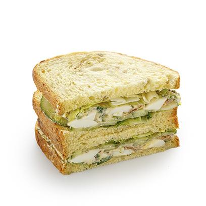 Сандвич-блумер с яйцом на кукурузном хлебе