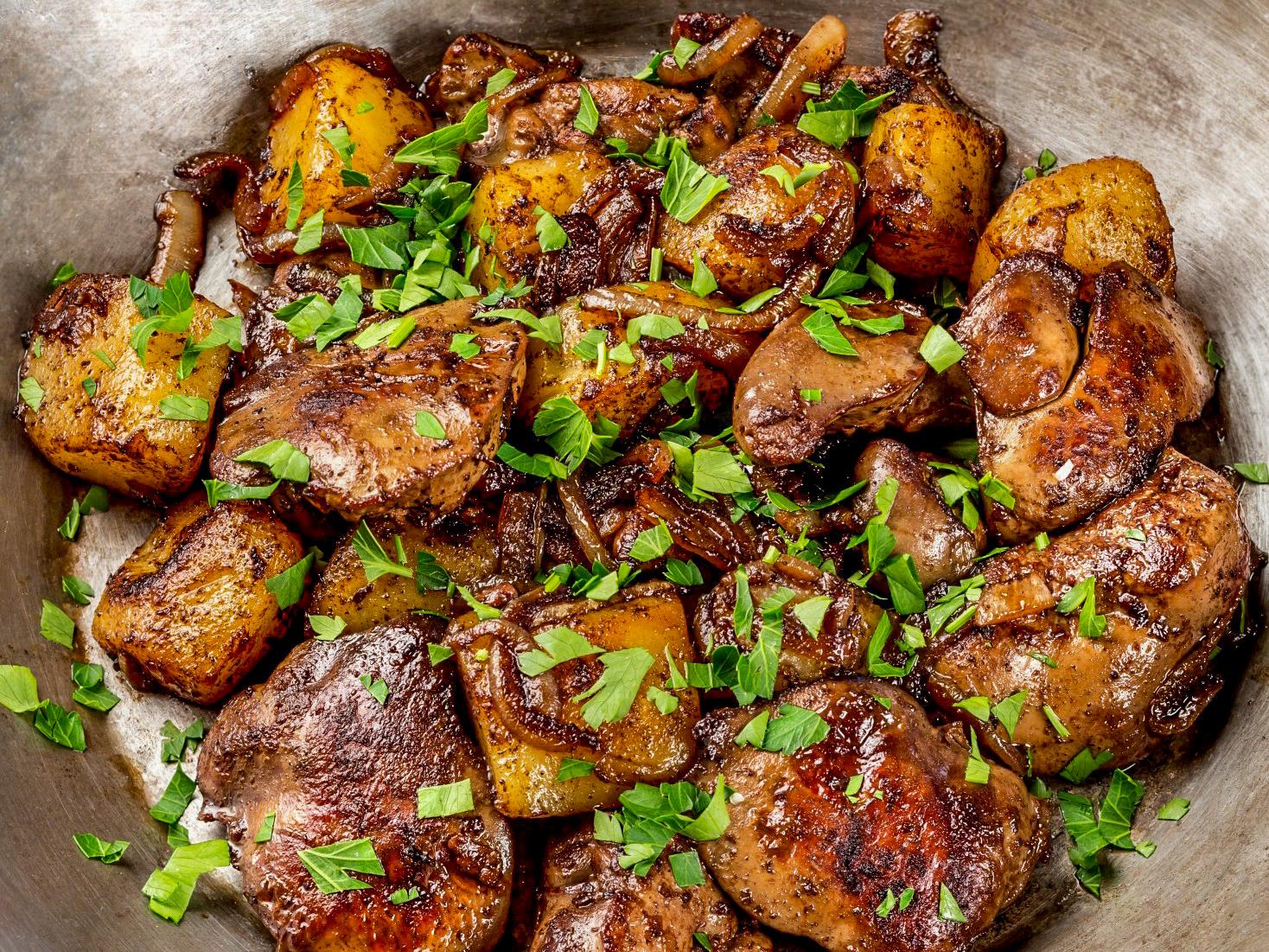 Куриная печень с картофелем и луком