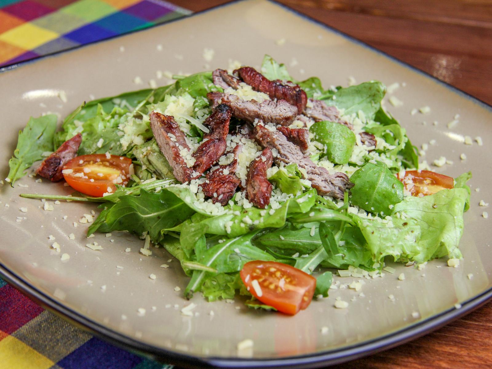 Теплый салат с рукколой и пармезаном