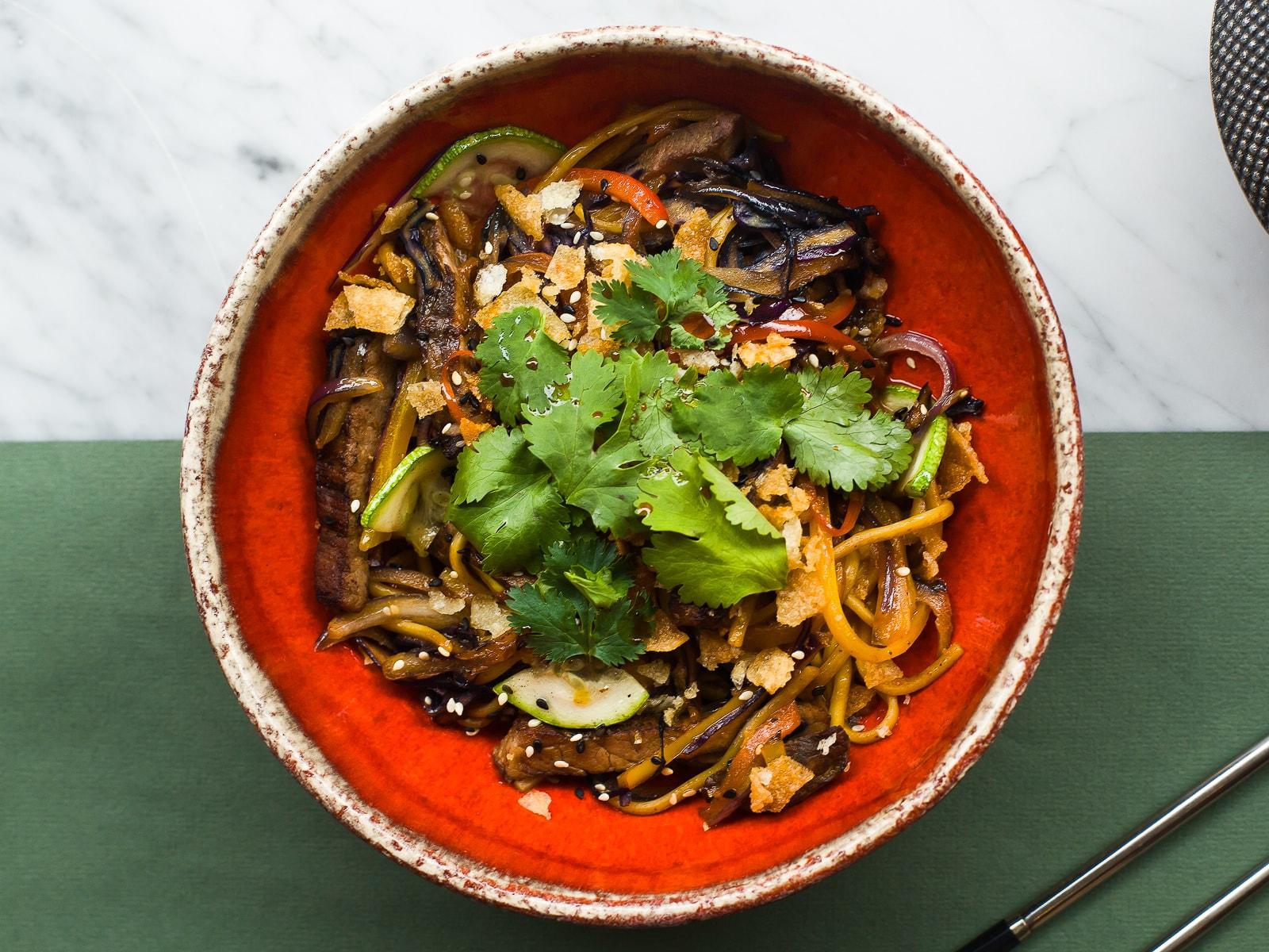 Лапша с говядиной и овощами в соусе из ферментированных бобов
