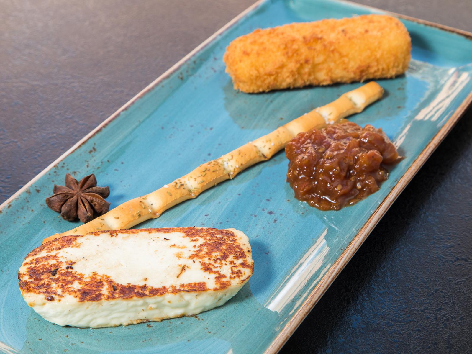 Жареный сулугуни и адыгейский сыр с вареньем из томатов