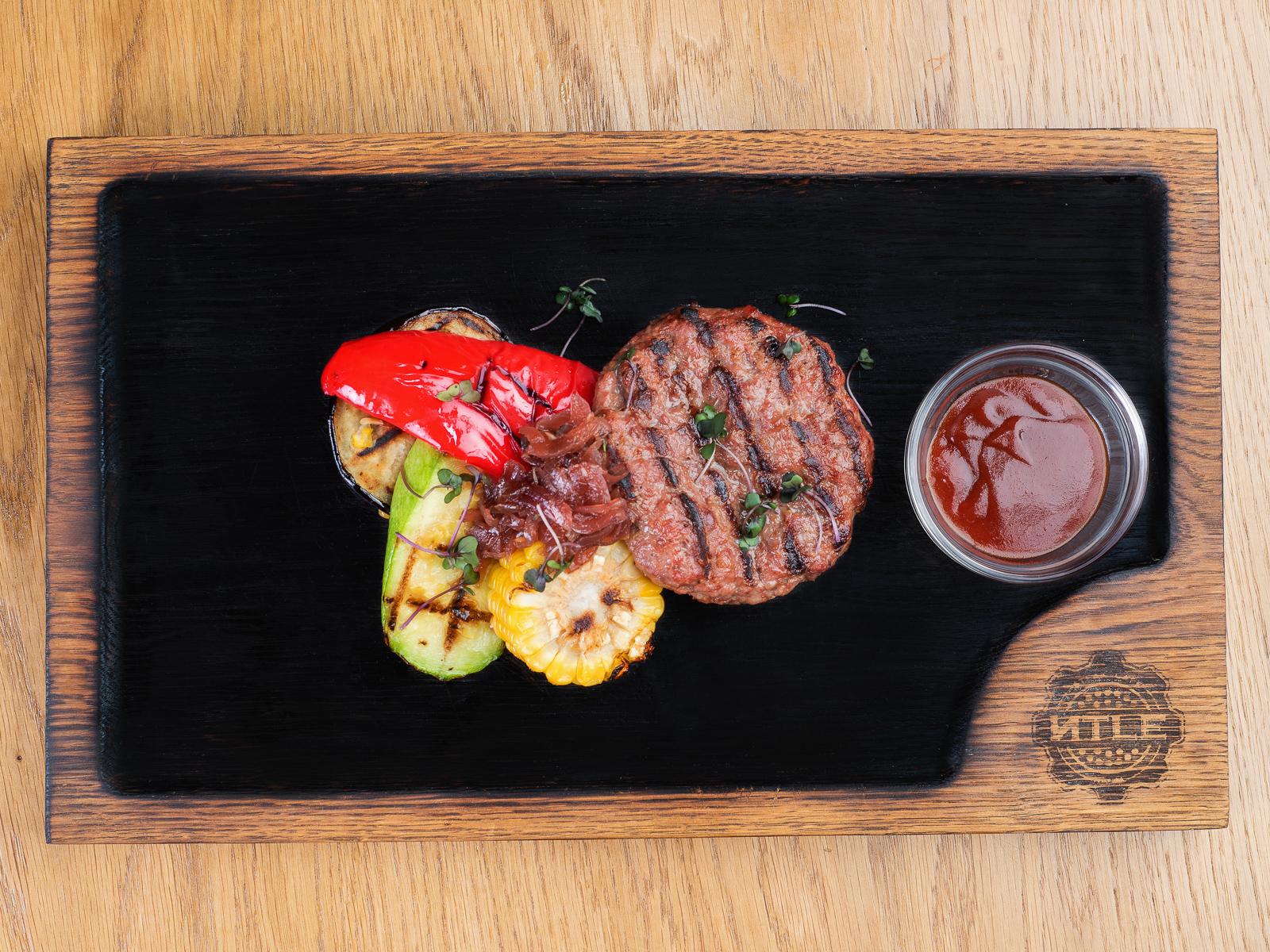Бифштекс из говядины с сыром и овощами