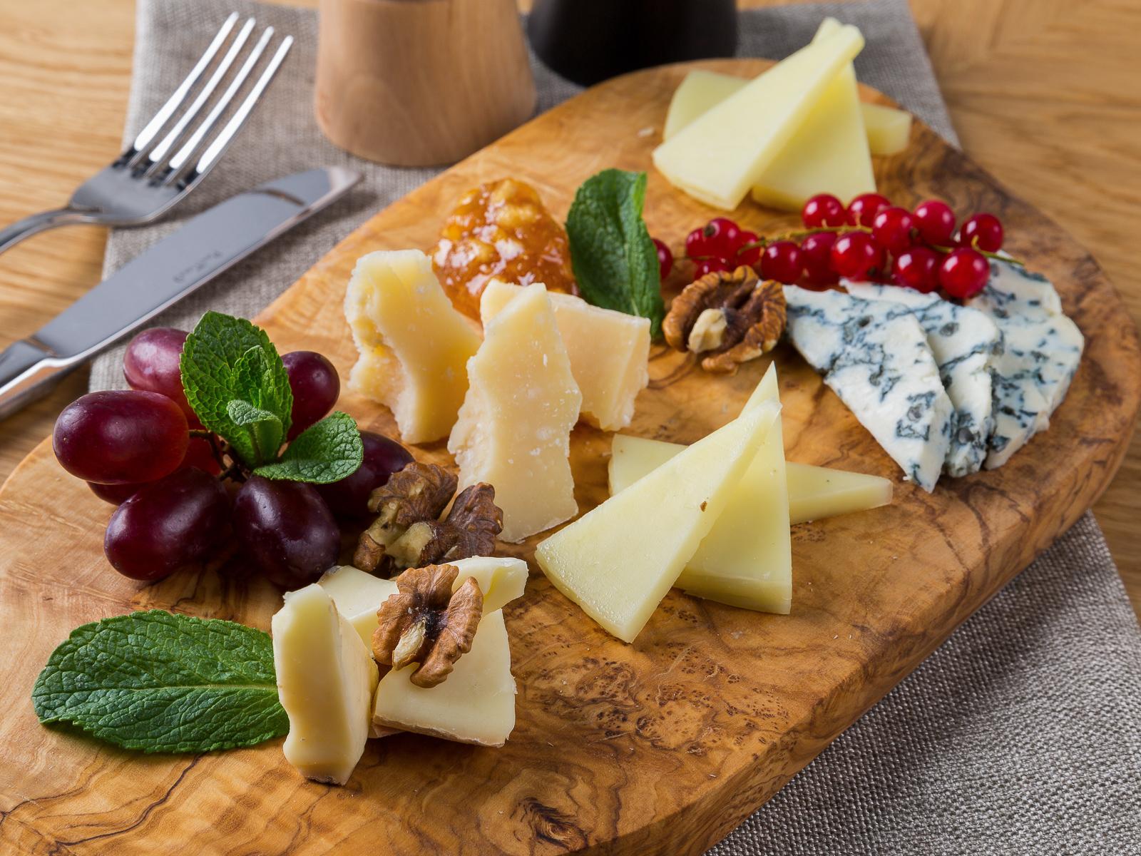 Сырное ассорти с горчичным конфитюром и фруктами