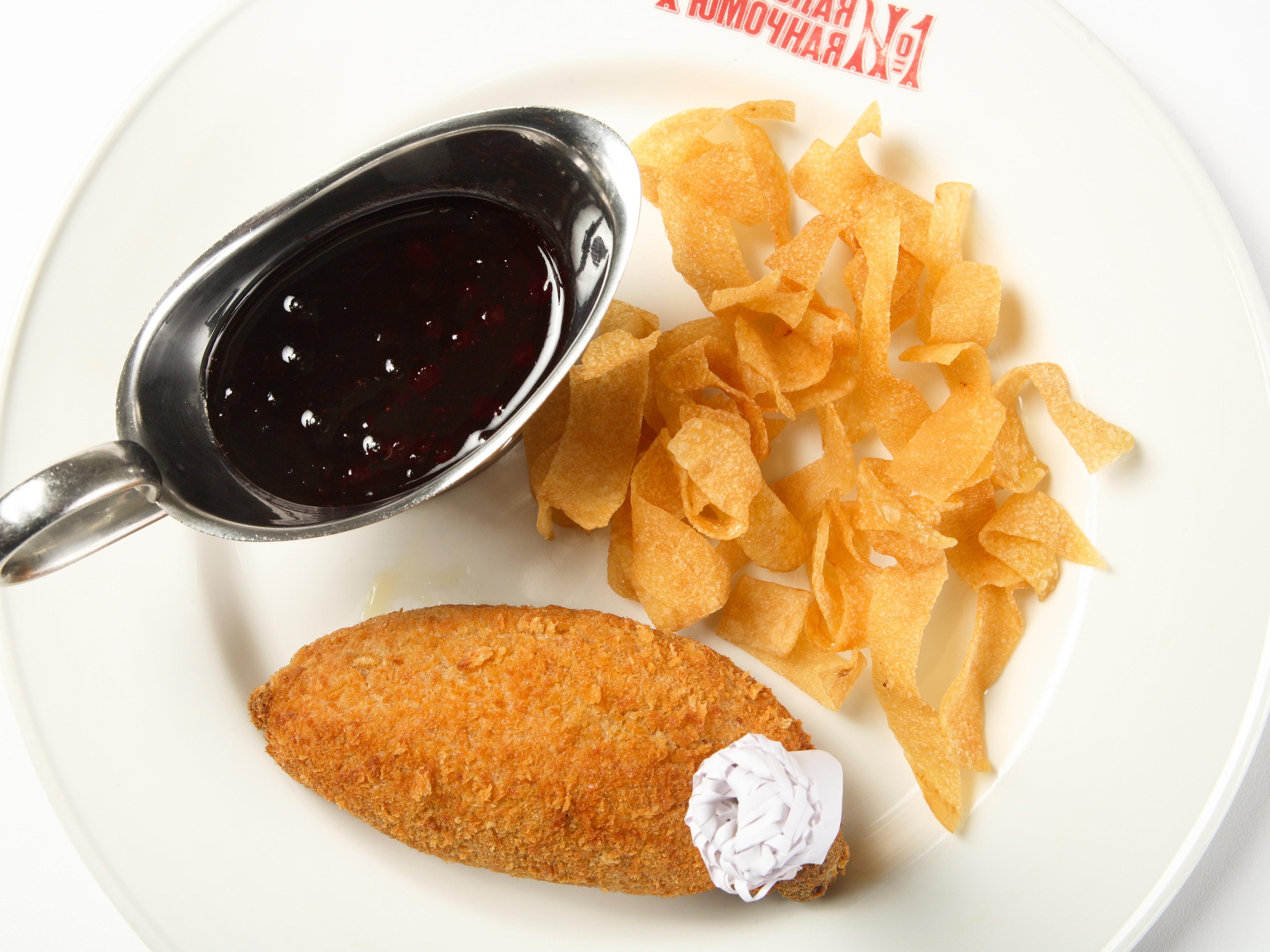 Котлета киевская с картофельной стружкой и брусничным соусом