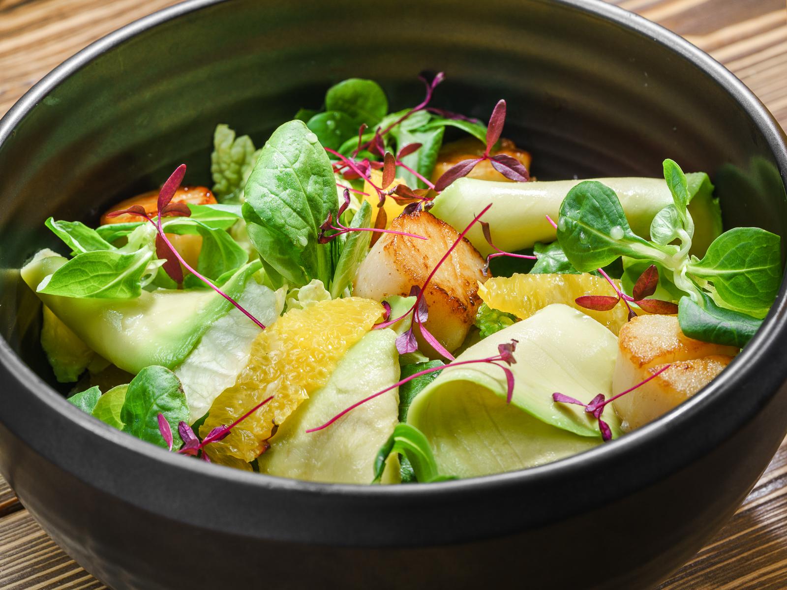 Салат с гребешками, авокадо и лавандовой заправкой