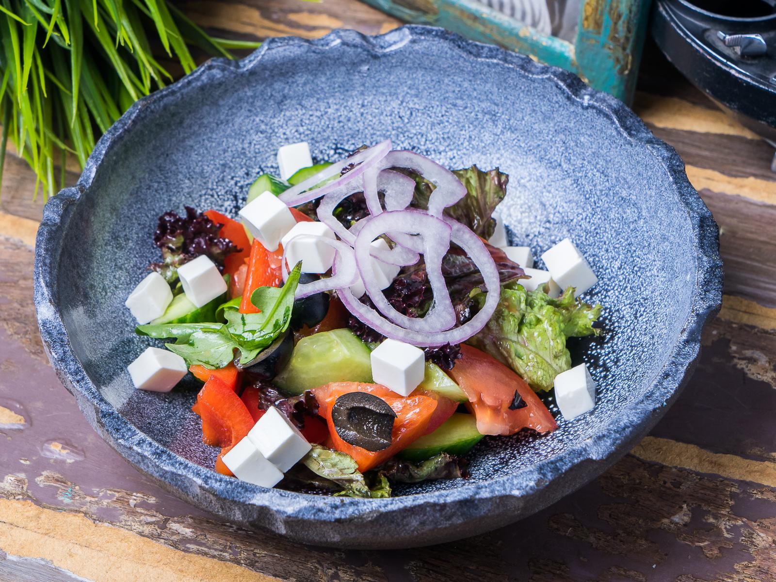 Салат овощной с фетой и прованскими травами