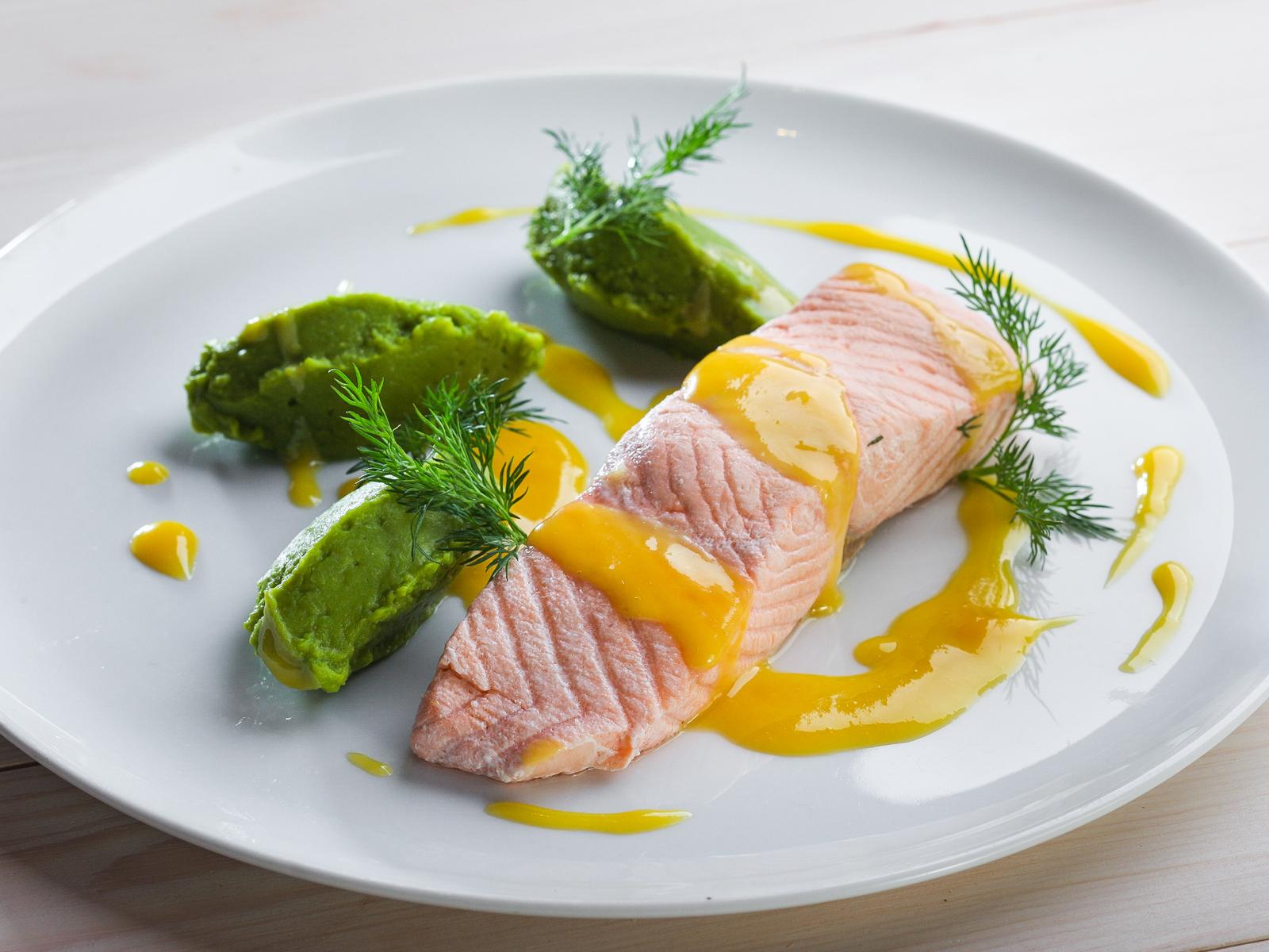 Паровой лосось с пюре из брокколи и сельдереем