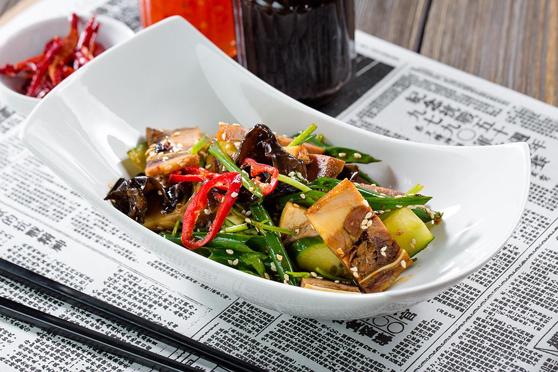 Прессованные щеки с черными грибами и овощами
