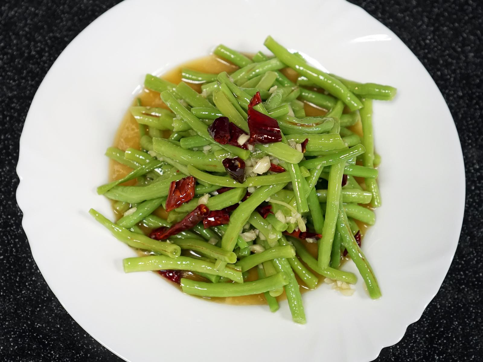 Салат из китайской вигны под чесночным соусом