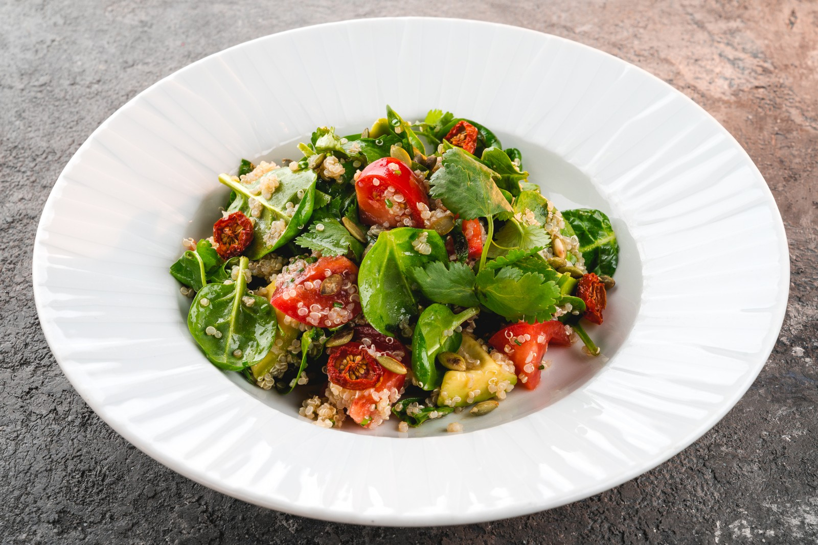 Салат с киноа и томатами