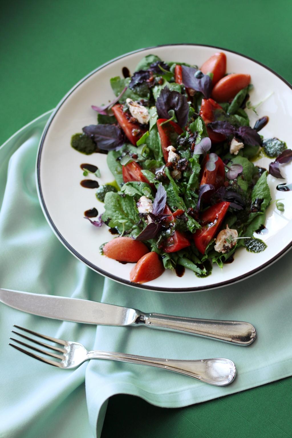 Салатъ съ травой сурепкою и южными томатами