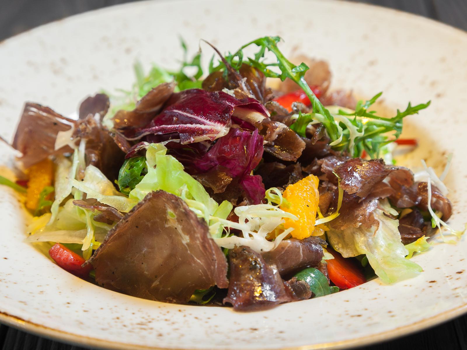 Салат с сыровяленой говядиной ExtraVirgin, клубникой и мандарином