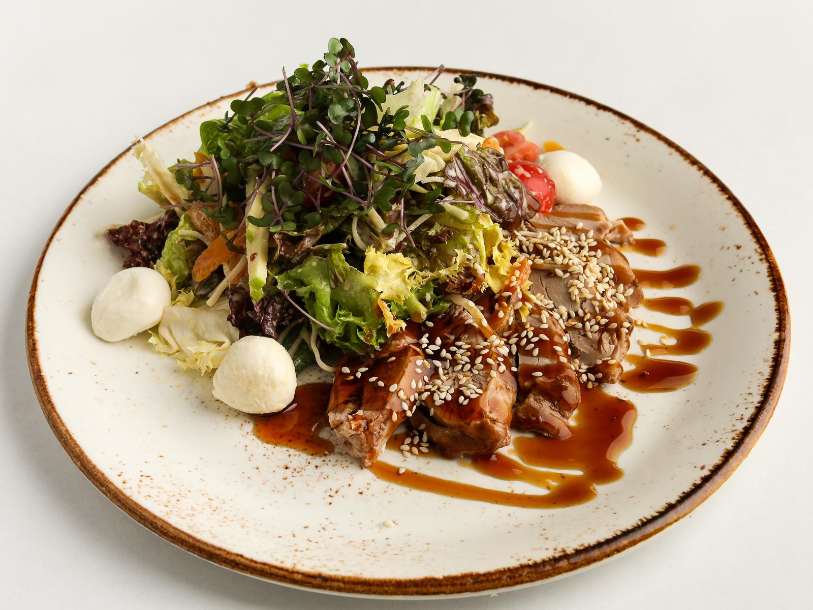 Салат с утиной грудкой, моцареллой, листьями салата, курагой и яблоками