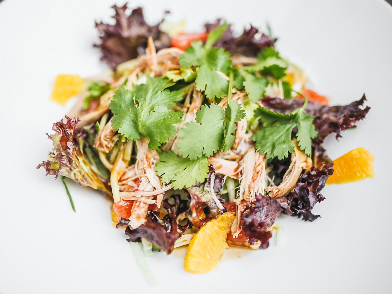 Салат с рваной уткой и соусом из сливы