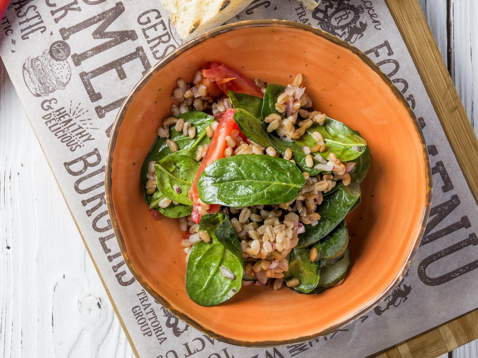 Салат с полбой со свежими овощами