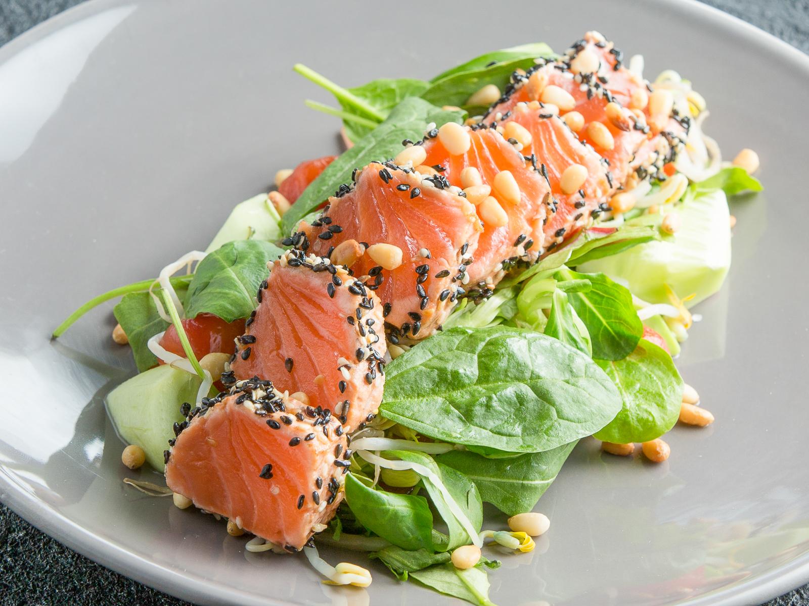 Салат с маринованным лососем и ростками сои