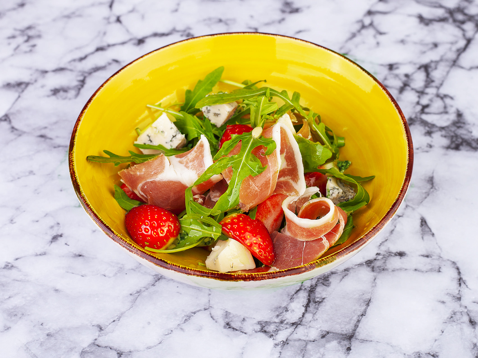 Салат с прошутто, клубникой и голубым сыром